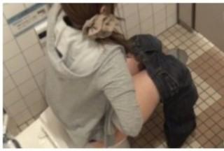 うんk中の女たちと偶然目が合う臨場感がたまらない!トイレ盗撮